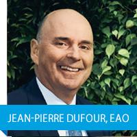 Photo de Jean-Pierre Dufour, enseignant agréé de l'Ontario, souriant et assis sur une chaise.